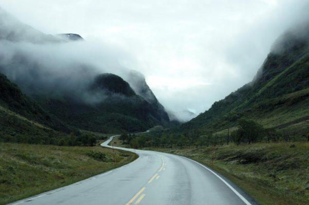 droga prowadząca w mgłę