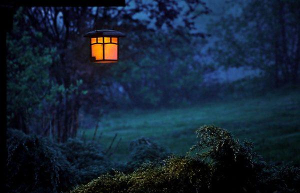 lampa świecąca nocą