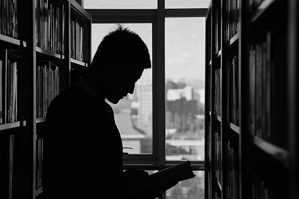 Czytelnik w bibliotece