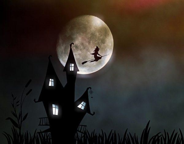 Czarownicą lecąca na tle księżyca