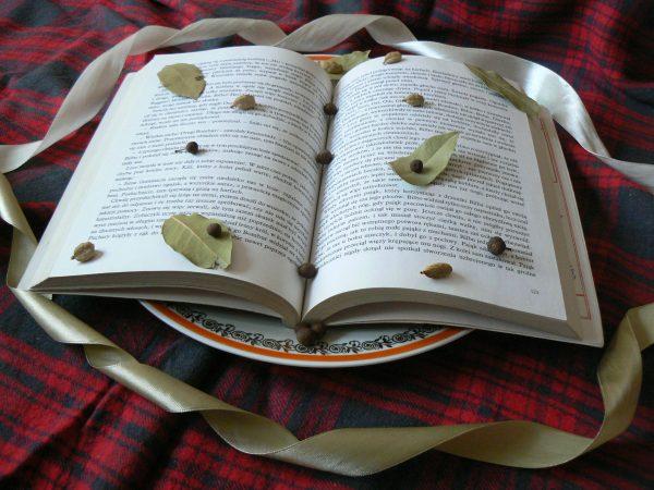 Książka z ziołami